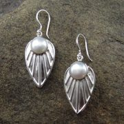 Entia Pearl Hammered earrings