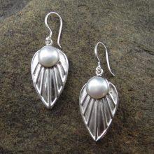 Entia Pearl Hammered earrings